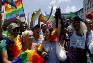Maриэлла Кастро, дочь  президента Рауля Кастро, первый ряд вторая справа,  на параде посвященном Международному Дню против гомофобии в Гаване.   15 мая 2010.  International Day Against Homophobia is celebrated annually on May 17. Mariela Castro directs the National Sexual Education Center.  (AP Photo/Franklin Reyes)